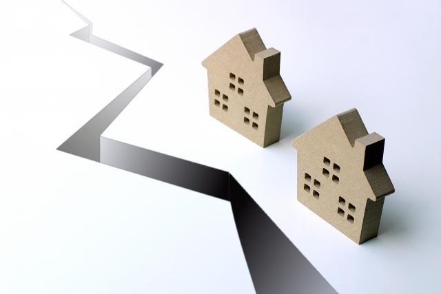 地震、台風、豪雨の給付金 地割れの家